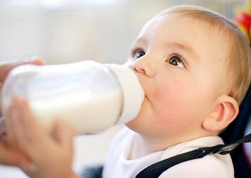 trẻ 4 tháng tuổi biếng ăn