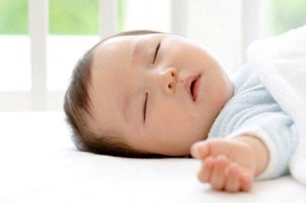 trẻ 4 tháng ngủ không sâu giấc