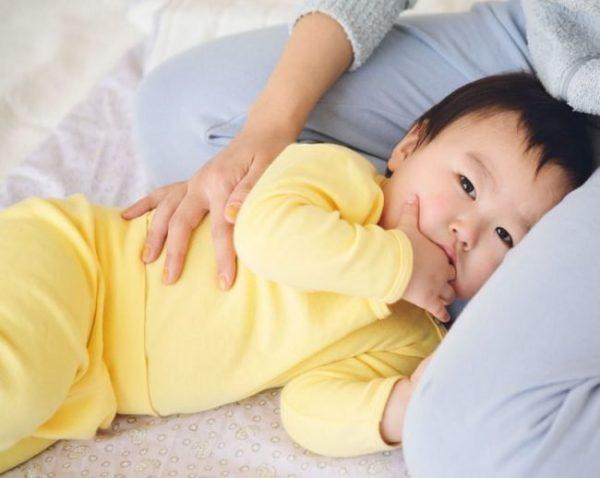 Trẻ 5 tháng ngủ không sâu giấc