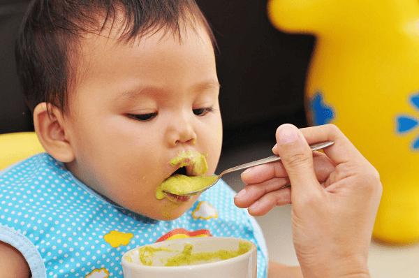 Trẻ 8 tháng biếng ăn