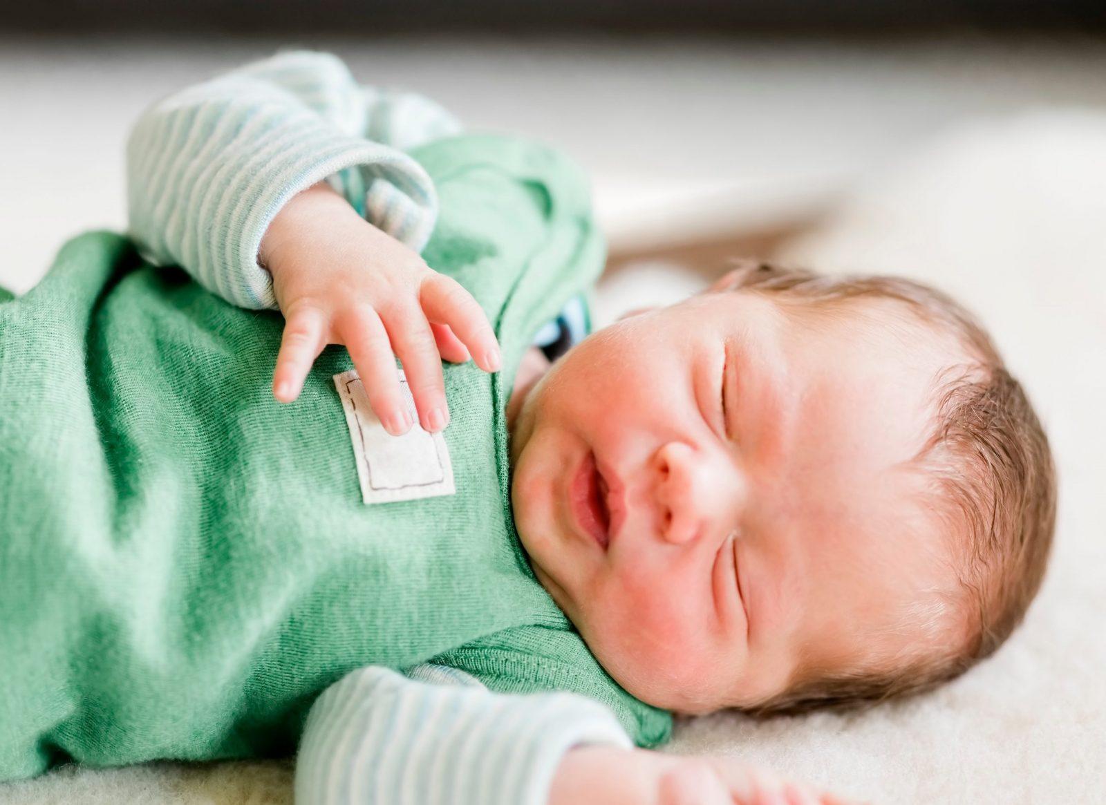 bé 2 tháng quấy khóc