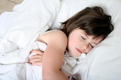 trẻ 3 tuổi ngủ không sâu giấc
