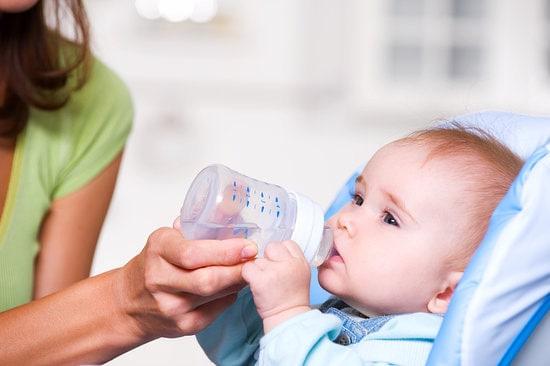 Bù nước cho trẻ bị tiêu chảy rất cần thiết