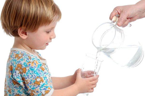 bù nước cho trẻ bị tiêu chảy