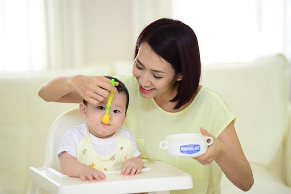 trẻ bị rụng tóc đỉnh đầu