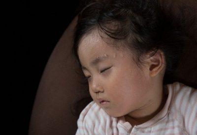 Trẻ đổ mồ hôi nhiều vào ban đêm – 5+ Điều cha mẹ nên làm