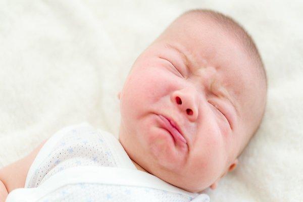 trẻ đổ mồ hôi khi ngủ