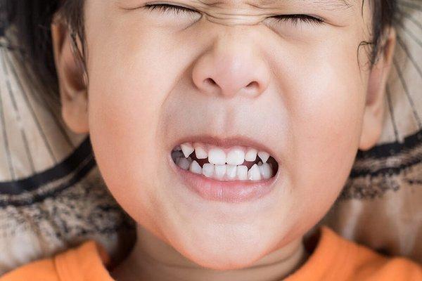 trẻ nghiến răng khi ngủ