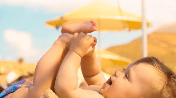 Trẻ dưới 1 tuổi không nên phơi nắng vì da trẻ còn non nớt