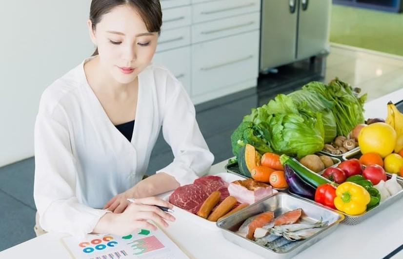 Chế độ ăn hợp lý và vi chất đầy đủ giúp cải thiện rụng tóc